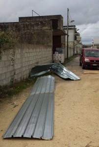 La copertura in lamiera distrutta dal vento