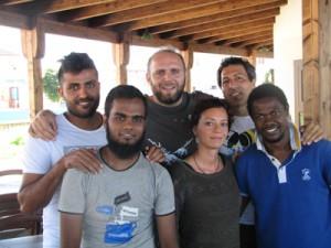 Gli operatori dell'ARCI Rino, Michele e Agnese con alcuni degli ospiti dell'Arca Hotel