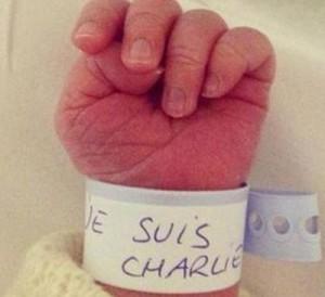 """La foto diffusa da una neo mamma sui social network dopo l'attacco al settimanale satirico e ripresa dal Corriere. Lo scatto mostra la mano di un neonato: piccolo, chiamato Charlie, porta al polso il classico braccialetto di riconoscimento con la scritta """"Je Suis Charlie"""""""